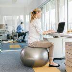 ישיבה על כדור פילאטיס לעומת כיסא ארגונומי