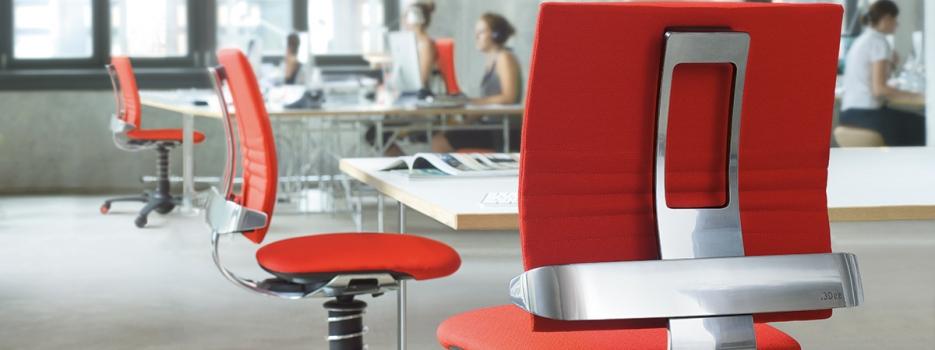 עבודה בישיבה מול עבודה בעמידה: יתרונות וחסרונות